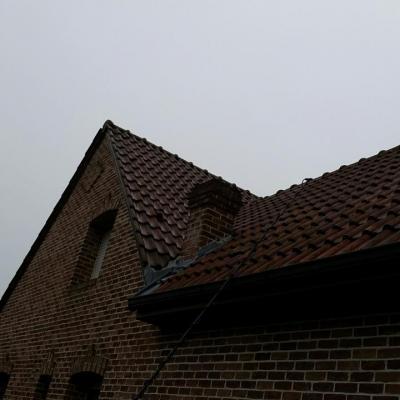 Application du produit démoussant toiture