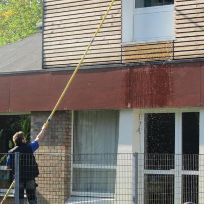 Nettoyage de vitres d'école à l'eau pure