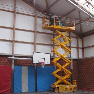 Dépoussiérage de charpente dans une salle de sport