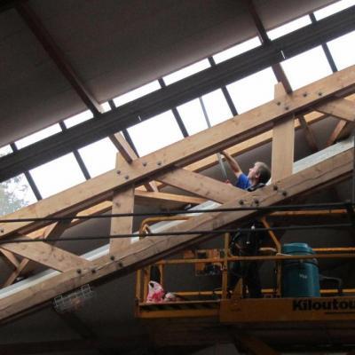 Nettoyage de vitres de la toiture dans la charpente